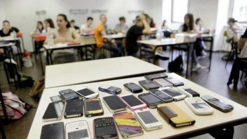 Telefonino in classe: pro e contro
