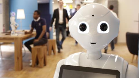 UN ROBOT AD ASCOLTARE LE STORIE DELLA NONNA