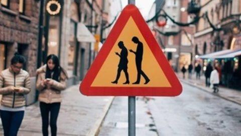 Il pericolo di attraversare con gli auricolari