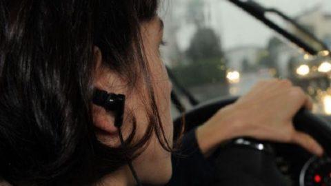 Gli auricolari alla guida? Sono un pericolo.