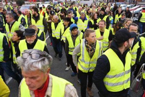 Francia in ginocchio: il movimento dei gilet gialli
