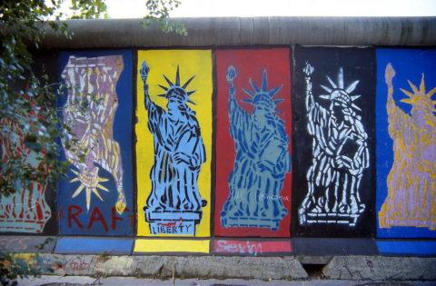 Street art in bilico tra la legalità e l'illegalità.