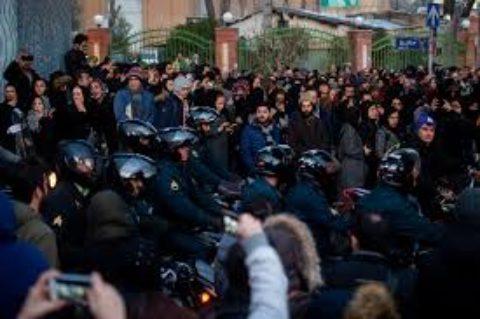 Gli studenti iraniani scendono in piazza